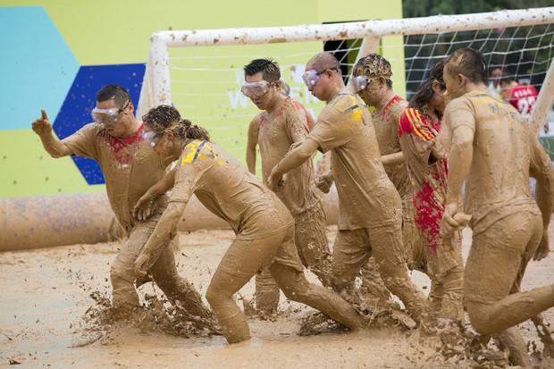 Chineses promoveram no fim de semana um campeonato de futebol na lama na capital Pequim (Foto: Reuters)