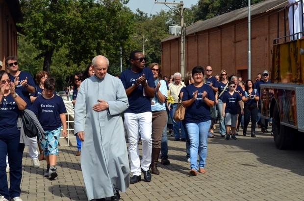 Monsenhor Juliani acompanhou a carreata e passeata em comemoração aos 70 anos da Diocese de Piracicaba (Foto: Fernanda Zanetti/G1)