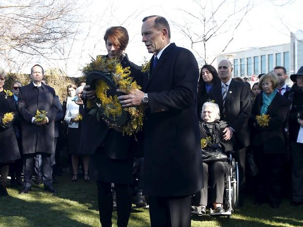 Primeiro-ministro australiano Tony Abbott e sua esposa veem parentes das vítimas do voo MH-17 prestarem homenagem em memorial (Foto: David Gray/Reuters)