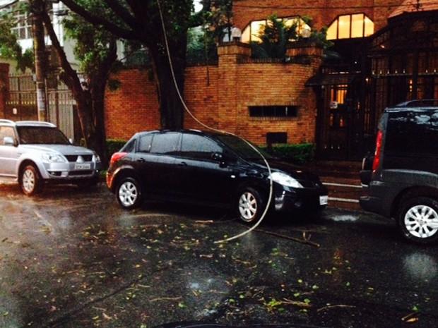 Fiação atingiu homem que descia do carro na Rua Tupi (Foto: Paulo Toledo Piza/G1)