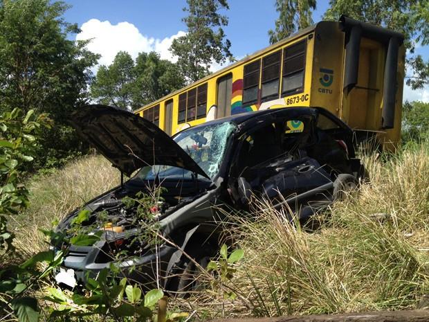 Com o impacto, carro ficou parcialmente destruído e foi arremessado para fora da linha  (Foto: Walter Paparazzo/G1)