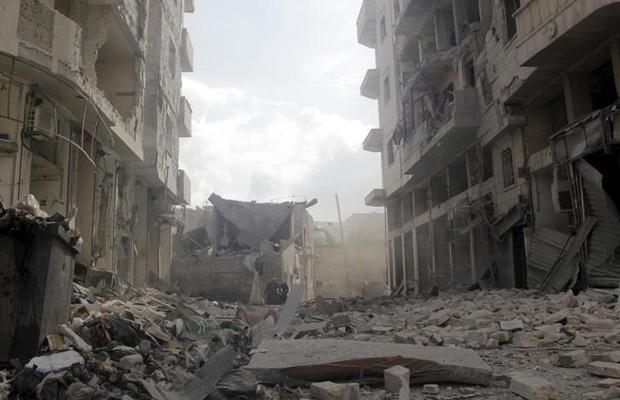 Prédios danificados por ataques a cidade síria de Idlib (Foto: Mohamad Bayoush/Reuters)