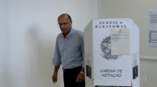 Geraldo Alckmin vota no colégio Santo Américo, na Zona Sul de SP