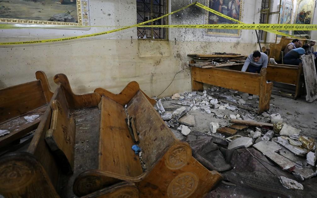 Explosão destruiu interior de igreja copta em Tanta, no Egito (Foto: Mohamed Abd El Ghany/Reuters)