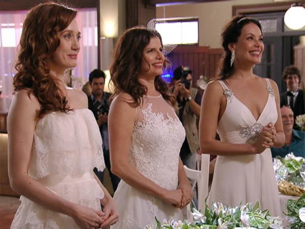Finalmente Cadinho se casa com Verônica, Noêmia e Alexia (Foto: Avenida Brasil/TV Globo)