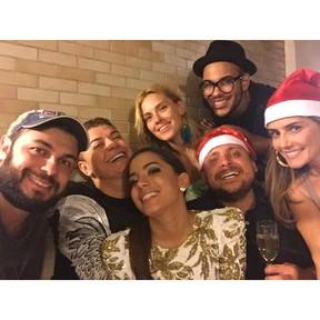 David Brazil, Anitta, Carolina Dieckmann, Leo Fuchs e Deborah Secco com amigos em festa no Rio (Foto: Instagram/ Reprodução)