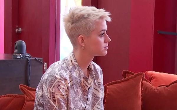 Katy Perry está confinada em uma casa cheia de câmeras (Foto: Reprodução / YouTube)