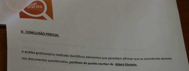 Perícia confirmou que a assinatura é de Albert Einstein (Foto: Felipe Truda/G1)