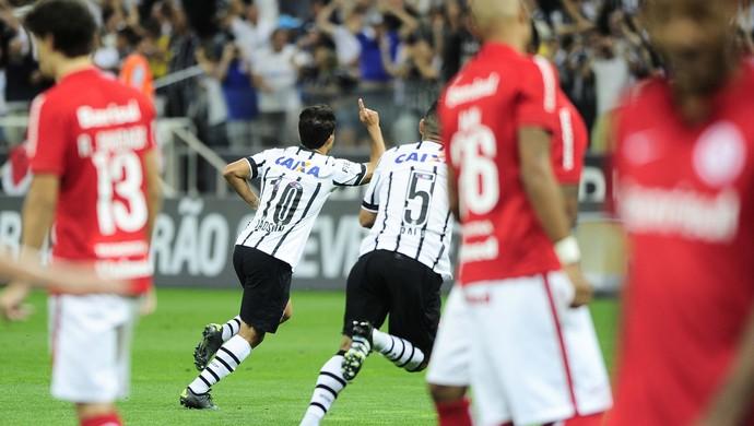 corinthians x internacional jadson comemoração gol (Foto: Marcos Ribolli)