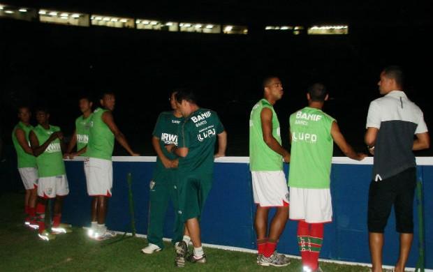 Jogadores da Portuguesa em blecaute no Canindé (Foto: Rodrigo Faber / globoesporte.com)