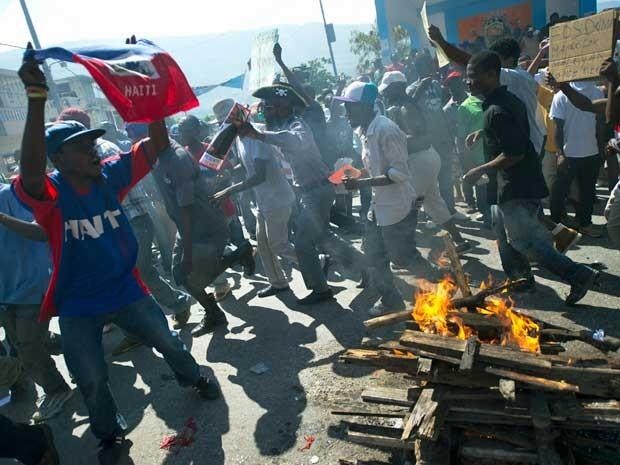 Manifestantes realizar cerimônia vodu para derrubar governo. (Foto: Hector Retamal / AFP Photo)