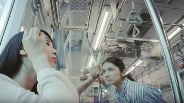 Clipe da empresa pede que passageiras evitem fazer sua maquiagem no trem. (Foto: Reprodução/Tokyu Corp/BBC)