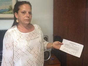 A médica cubana Ramona Matos Rodriguez mostra documento na casa do deputado Alberto Lupion, onde está hospedada (Foto: Nathalia Passarinho/G1)