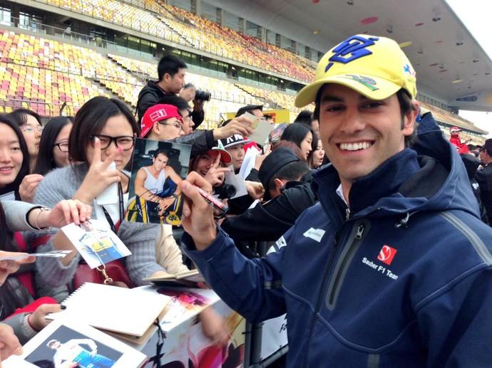 Felipe Nasr distribui autógrafos no Circuito Internacional de Xangai, palco do GP da China (Foto: Divulgação)