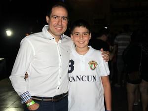 Wesley Antônio, de 11 anos, curtiu apresentação ao lado do pai, Wesley Aguiar, 39 (Foto: Jamile Alves/G1 AM)