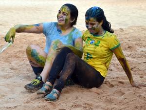 Calouras participam de brincadeiras após matrícula na USP São Carlos (Foto: Stefhanie Piovezan/G1)
