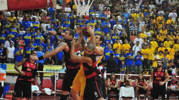 Jogo foi muito brigado no garrafão: 30 rebotes para São José e 28 para Flamengo (Foto: Cláudio Capucho/ Divulgação PMSJC)