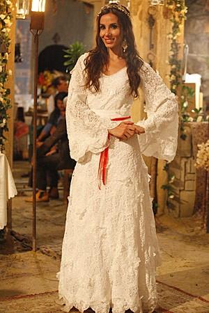 A noiva posa feliz com seu vestido todo rendado (Foto: Salve Jorge/TV Globo)