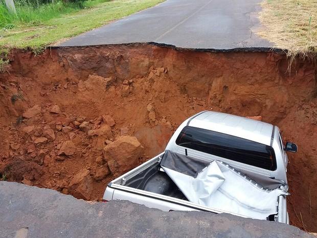 Caminhonete caiu em buraco neste domingo (29) (Foto: Prefeitura de Sagres/Cedida)
