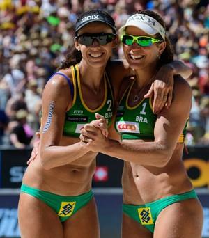 Talita e Larissa comemoram título na Suíça (Foto: Divulgação/FIVB)