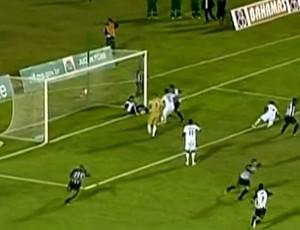 FRAME - Massagista impede gol, e Tupi é eliminado na Série D (Foto: TV GLOBO)