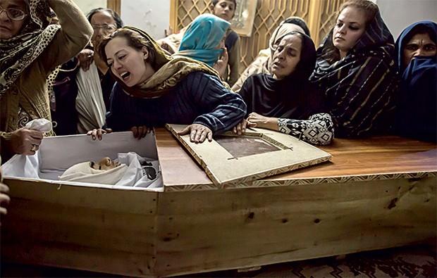 CHOQUE Uma mãe vela o filho morto no ataque a uma escola no Paquistão. Foi uma vingança do Taleban contra o governo (Foto: © Zohra Bensemra / Reuters)