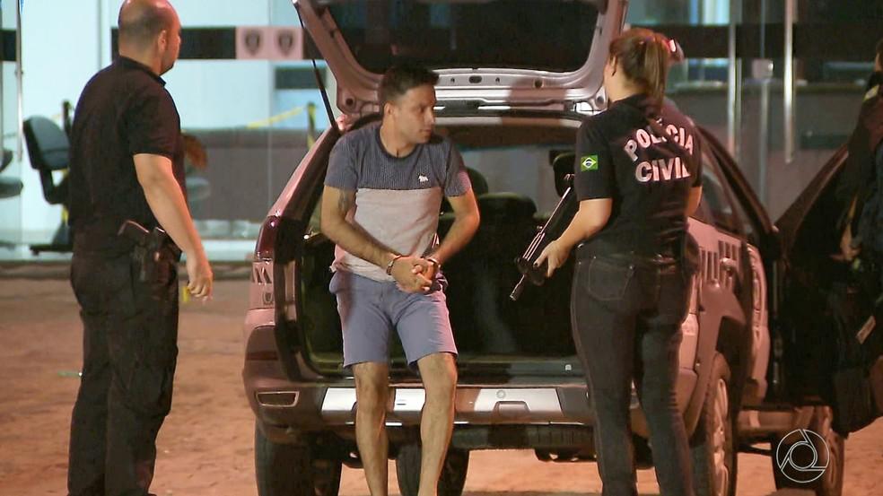 Suspeito preso em Maceió, Alagoas, foi transferido para a Central de Polícia em João Pessoa (Foto: Reprodução/TV Cabo Branco)