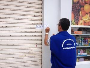 Vigilância Sanitária interditando estabelecimento no bairro Silvio Leite (Foto: Vanessa Lima/G1 RR)