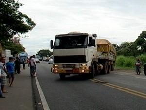Caminhão é liberado para seguir viagem (Foto: TV Integração/Reprodução)