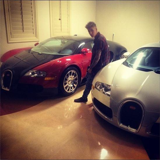 Justin Bieber posa entre seus carrões (Foto: Instagram)