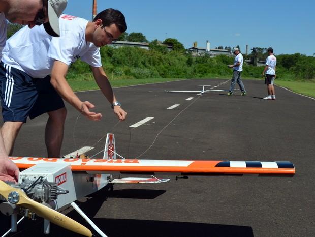 Rebocador e planador são preparados para voo durante encontro em Piracicaba (Foto: Thomaz Fernandes/G1)