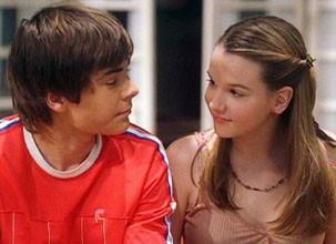 Que gracinhas! O primeiro beijo da atriz foi com o astro Zac Effron (Foto: Divulgação / Disney Media Distribution)