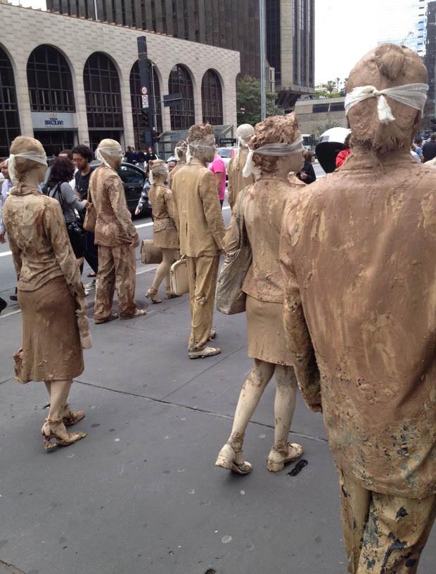 """Pessoas durante a caminhada """"Executivos de Pedra"""" (Foto: Guilherme Tosetto/G1)"""