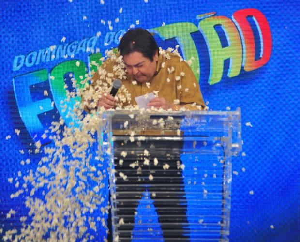 Fausto leva 'banho' de pipoca na cabeça (Foto: Reinaldo Marques / TV Globo)