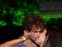 Felipe Roque e Aline Riscado beijam muito em evento no Rio