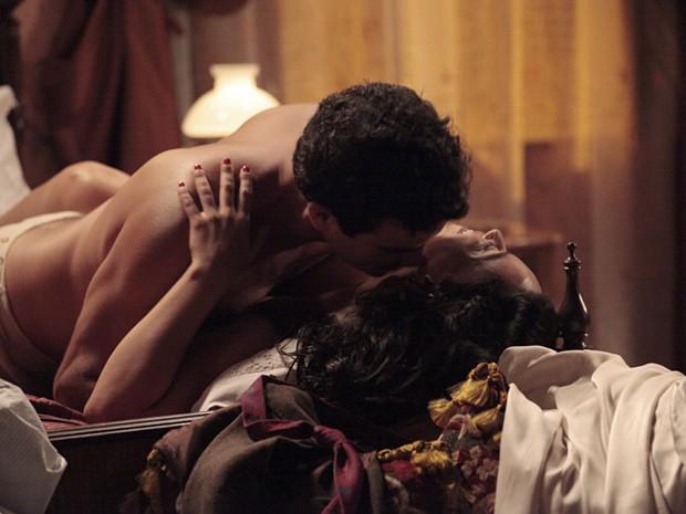 Josué e Glória fazem a festa na cama (Foto: Gabriela / TV Globo)