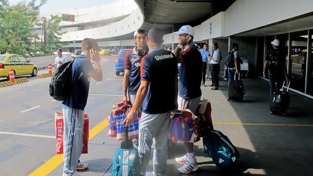 Jogadores fluminense desembarque (Foto: Fábio Leme )