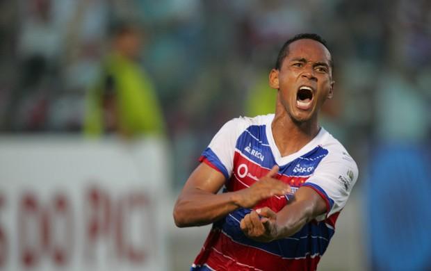 Waldison comemora gol da vitória do Fortaleza contra o Treze (Foto: Lucas de Menezes/Agência Diário)