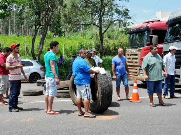 Cerca de 40 pessoas participam do protesto (Foto: Maurício Barbosa/ Blog do Toinho Moré)