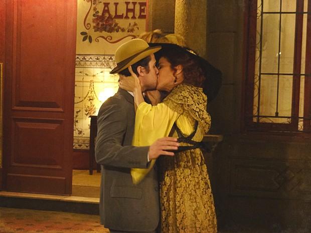 Neusinha toma a iniciativa e beija Luciano com paixão (Foto: Lado a Lado / TV Globo)