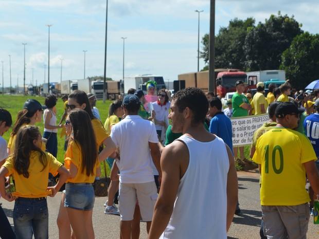 Os manifestantes marcharam da Praça Nossa Senhora Aparecida até a Praça dos Três Poderes, em Vilhena, RO, neste domingo (13). O ato foi contra o governo e reivindicou melhorias na BR-364. (Foto: Aline Lopes/G1)