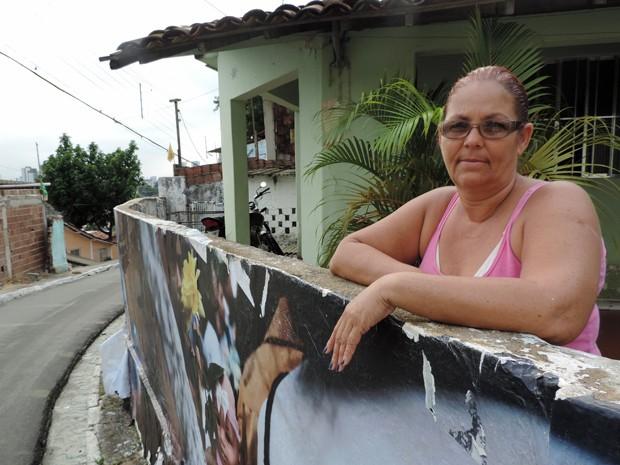 Vânia de Oliveira achou mais bonita do que tinha imaginado a fotografia no muro (Foto: Katherine Coutinho / G1)