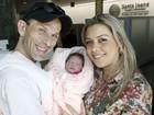 Aline Kezh deixa maternidade ao lado de Rafael Ilha