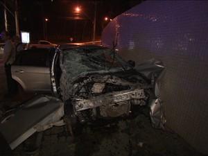 Veículo teve a frente destruída com a batida (Foto: Imagens / TV Bahia)