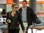 Usando look militar, Antonia Fontenelle  clicada em aeroporto