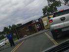 Caminhão carregado com postes de concreto tomba em rodovia de MT