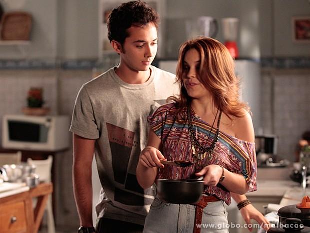Ben elogia Anita e se aproxima dela na cozinha (Foto: Malhação / TV Globo)