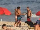 Jesus Luz e a namorada beijam muito em dia de praia no Rio