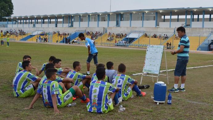 Técnico Marcolino Silveira com o elenco durante o intervalo do jogo (Foto: Ivanete Damasceno)