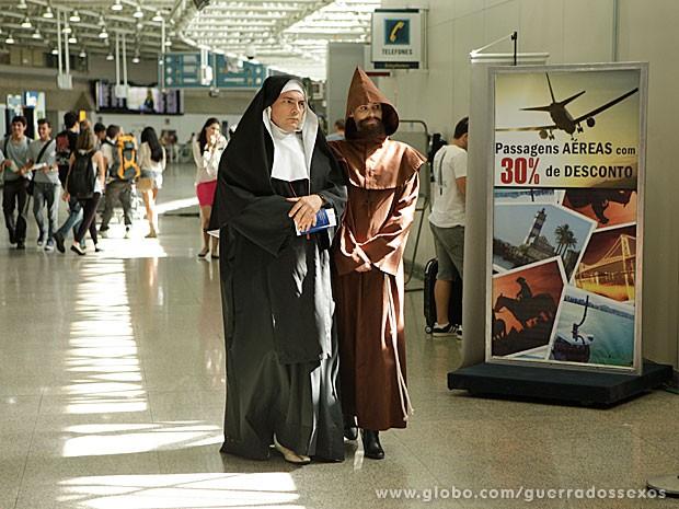 Nenê e Veruska se disfarçam de padre e freira para fugir do Brasil (Foto: Guerra dos Sexos / TV Globo)